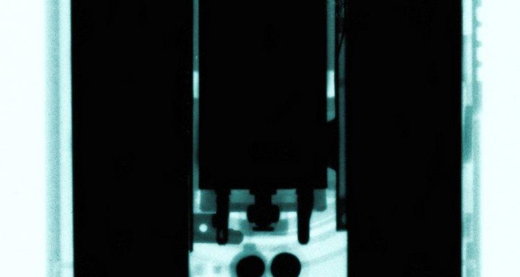 Frota la cuchilla contra el borde del cristal cubierto de papel de lija.