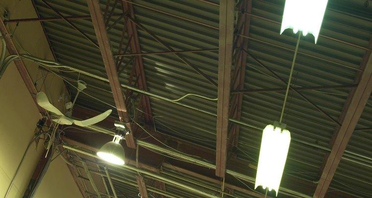 Encuentra las vigas en tu techo mediante el uso de un detector de vigas.