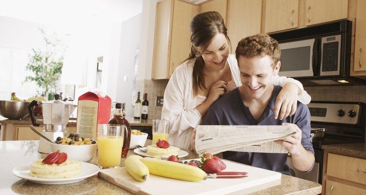 El microondas sobre la estufa tiene funciones duales mientras que ahorra espacio.