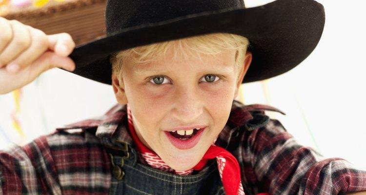Los disfraces de vaquero aumentan la diversión de una fiesta temática del oeste.