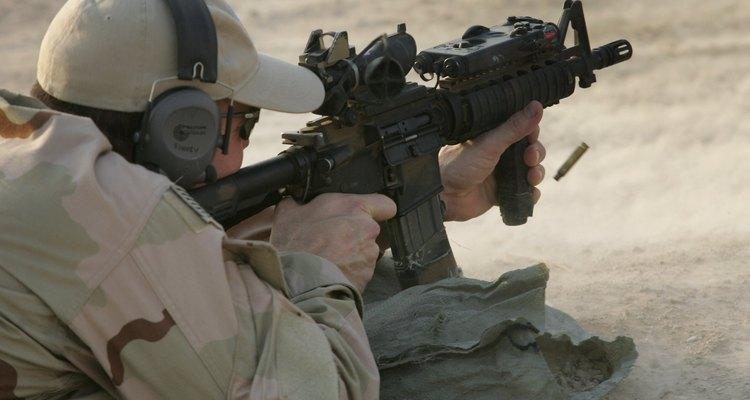 Un Navy Seal de los EE. UU. dispara un rifle M4.