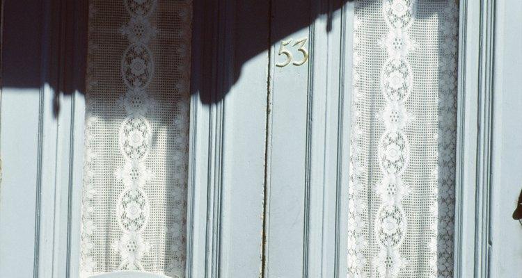 Cortinas sobre las ventanas de las puertas.