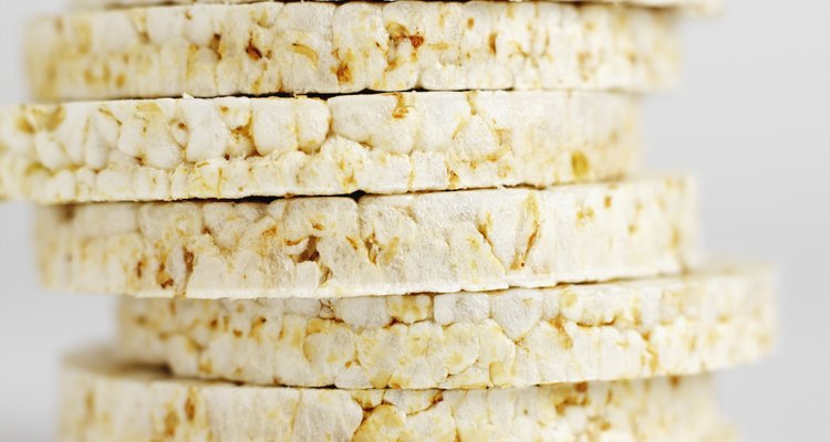 El ingrediente principal en los populares pasteles de arroz de aperitivo es el arroz inflado.