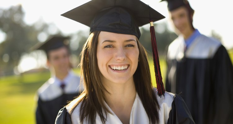 No te será difícil encontrar qué usar debajo de la toga de graduación.
