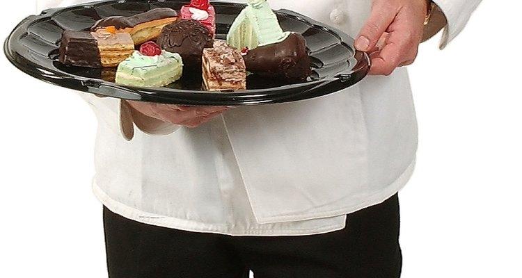 Hornear pasteles, hacer caramelo en la cocina y cortar frutas deliciosas son todas actividades que un chef de repostería puede necesitar hacer al mismo tiempo.