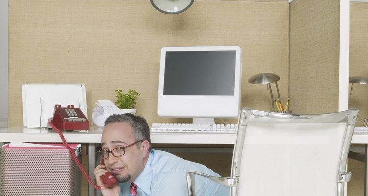 É um ambiente de trabalho, vá até a pessoa e converse