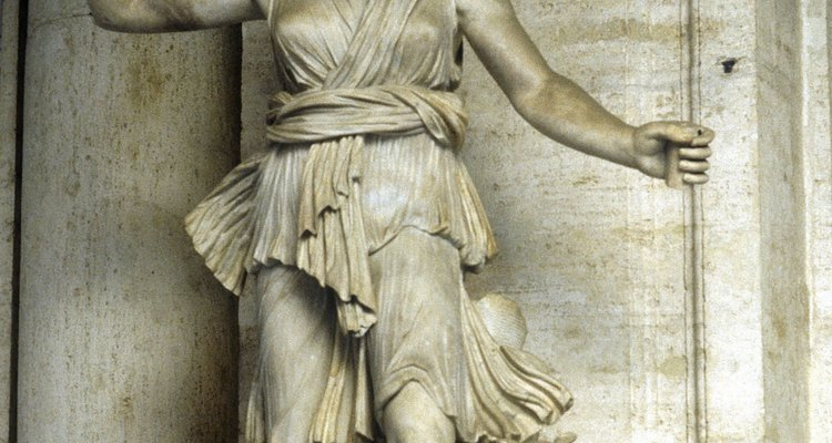 En las esculturas antiguas, Artemisa es a menudo representada en su papel de cazadora.