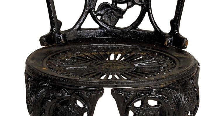 El acero fundido comienza fundiéndose, para después verterse en lingotes o moldes.