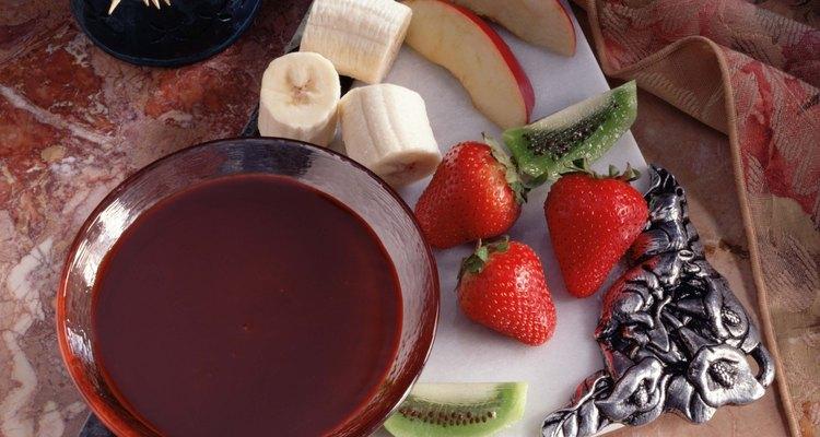 Utiliza mondadientes para colocar las fresas entre las dos capas de pastel.