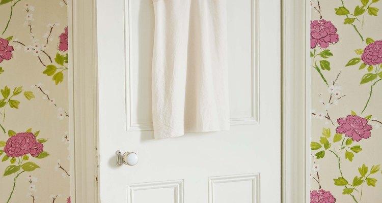 Lija la madera para quitar cualquier exceso de la puerta en caso de que éste sea la causa por la que se traba.