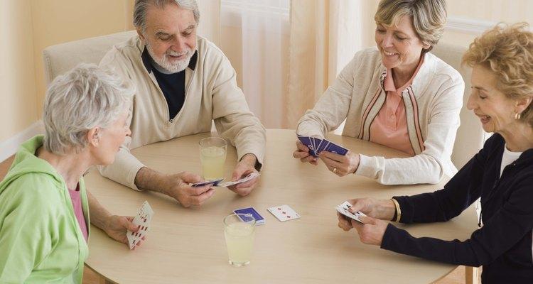 Jogar um jogo de cartas é uma ótima maneira de relaxar com os amigos.