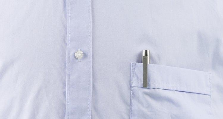 Un primer plano de un botón de una camisa hecha con tela oxford.