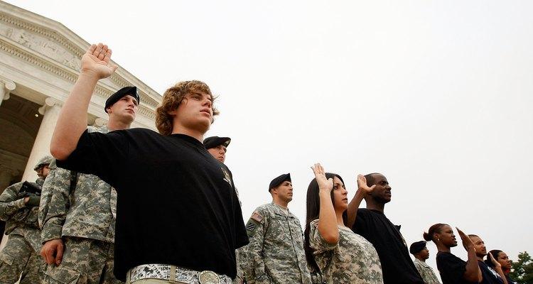 Los enlistados en el ejército recitan el juramento de enlistamiento en frente del  monumento a Jefferson.