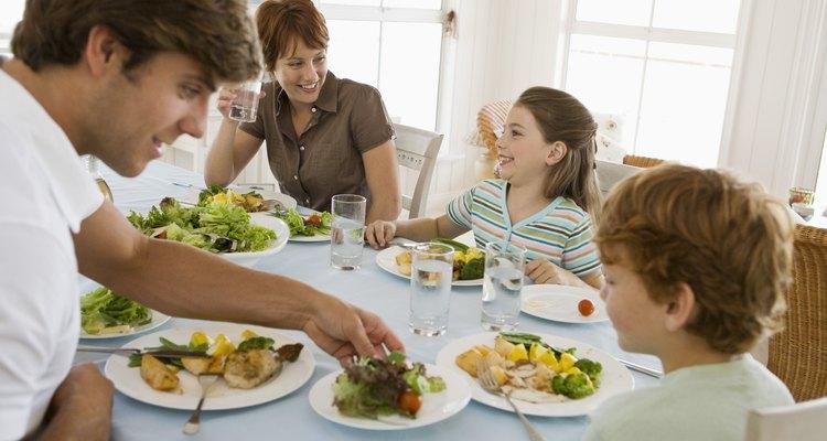 La planificación de las comidas antes de tiempo hace que sea más fácil sentarse juntos como una familia.