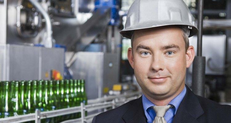 Los mecánicos industriales ensamblan y desarman la maquinaria según las instrucciones escritas de los ingenieros.