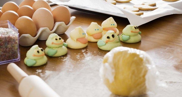 Uma massa de biscoito grudenta pode ser colocada na geladeira para ficar mais firme
