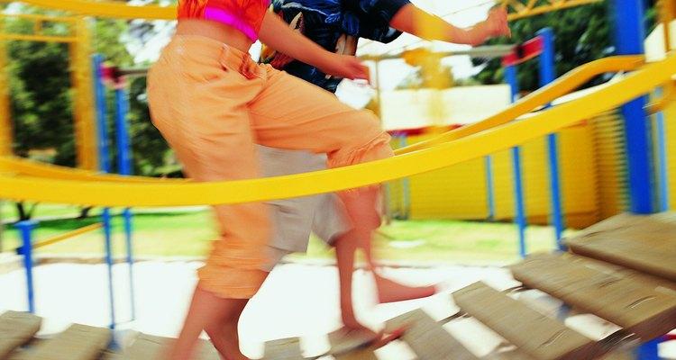 Busca juegos infantiles integradores e instalaciones recreativas para discapacitados que le permitan a los niños de todos los niveles poder jugar entre ellos.