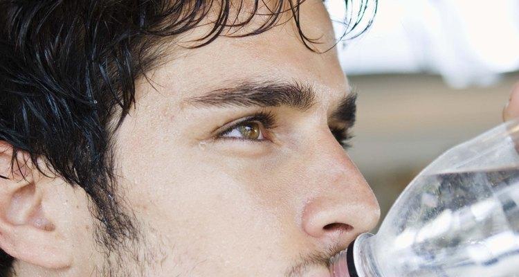 El agua es generalmente mejor para la deshidratación leve en adultos.