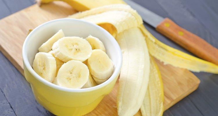 Banana en rodajas en un tazón.