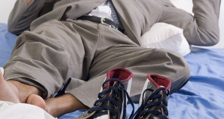 Para fazer uma pegadinha, transforme o amigo que estiver dormindo em um palhaço