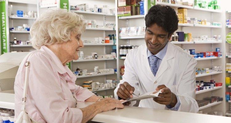 Farmacêutico preenchendo receita