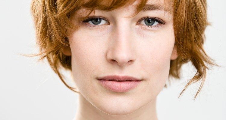 Los flequillos son cabellos más cortos que caen a la parte delantera de la cabeza.
