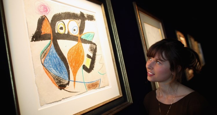 "Uma mulher observando ""Femme"", de Joan Miró"