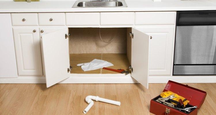 Quizas tengas que remover el tubo en forma de U debajo del fregadero.