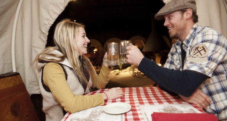 Los hombres usan mucho el lenguaje corporal para indicar que se sienten atraídos por otra persona.