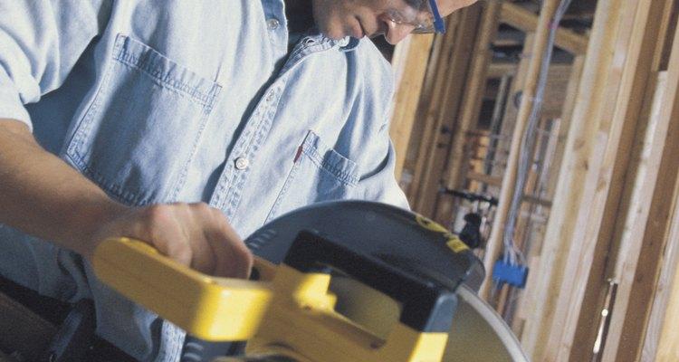 Utilize uma serra meia-esquadria para cortar a moldura na base do rodapé
