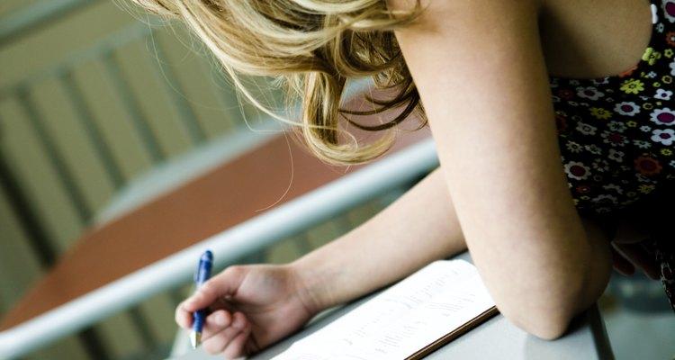 Una empleada escribe una carta a su jefe para solicitar un ascenso en el trabajo.