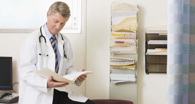 Médico consultando uma ficha