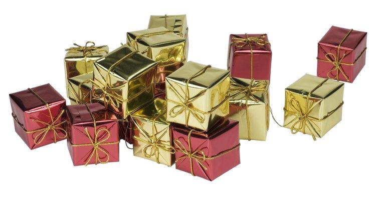 Coloque todos os presentes em uma caixa grande e veja o aniversariante sorrir