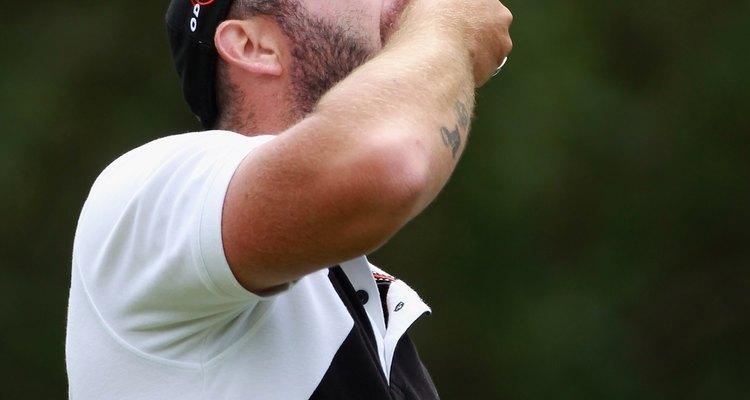 O golfista Christian Nillson, da Suécia, degusta castanhas de caju durante o torneio de Estoril, Portugal, em junho de 2010