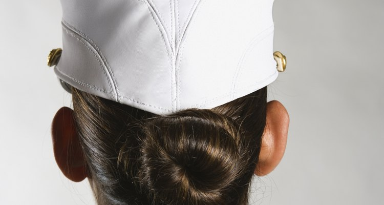 Muitas mulheres militares usam seus cabelos em coques de meia