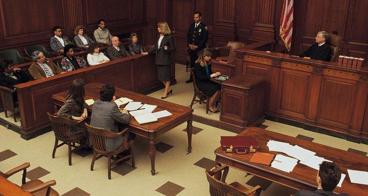 Una demanda civil es una queja formal echa contra una o más partes en una corte no criminal.