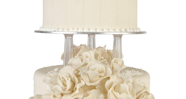 A camada superior do bolo de casamento é guardada para o casal aproveitar um ano depois