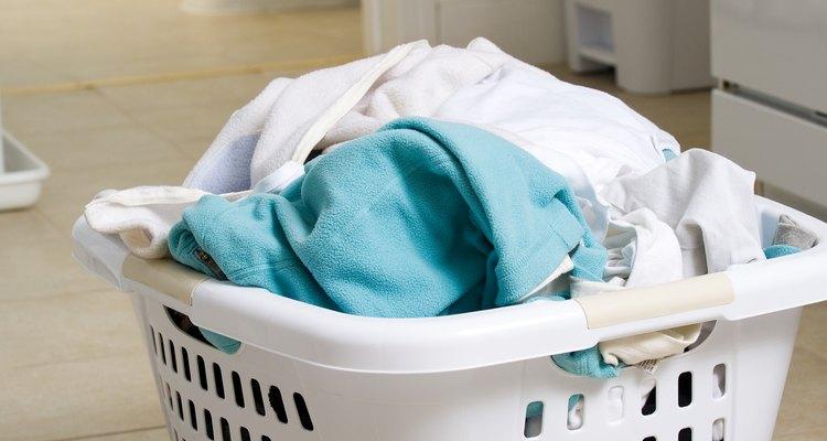 Como lavar roupas sujas de gasolina