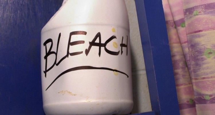 El blanqueador elimina las manchas y desinfecta las superficies.