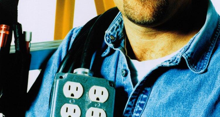 Los electricistas instalan los componentes eléctricos necesarios para llevar la electricidad a los hogares, empresas y fábricas.