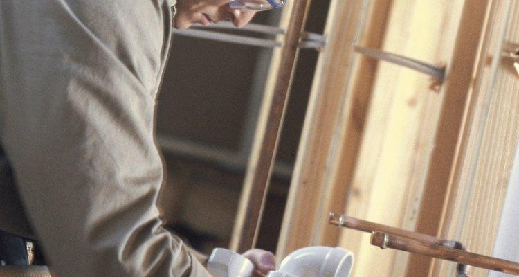Use uma sela de borracha ou neoprene para conectar canos de PVC e chumbo