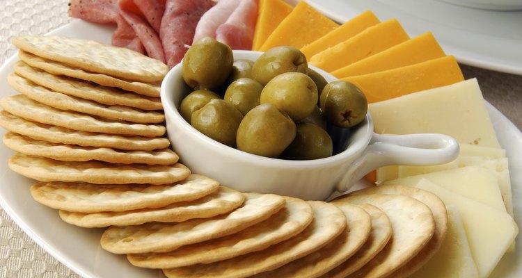 Bolachas com fatias de presunto, cheddar e queijo suíço com azeitonas