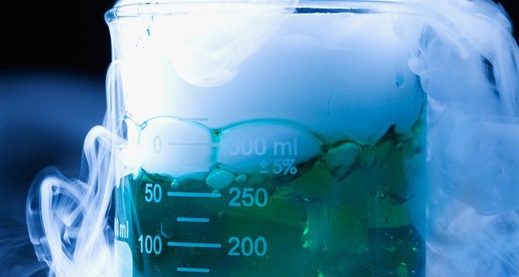 Usa hielo seco para crear efectos especiales de un científico loco.