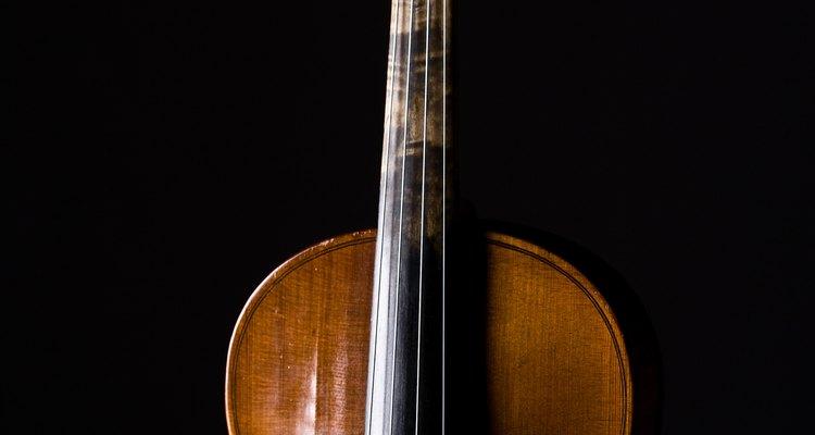 O cavalete fica entre os efes do violoncelo