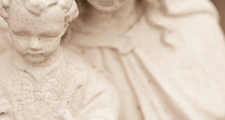 Utiliza una estatua de la Virgen María para complementar tu jardín.