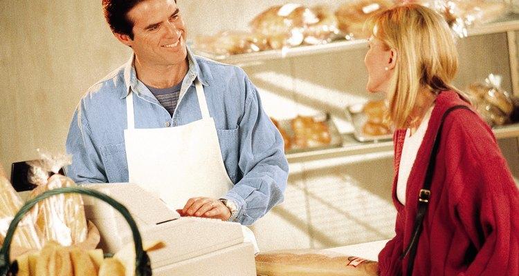 Los pasteleros calculan sus precios al por mayor basado en los materiales y otros gastos.