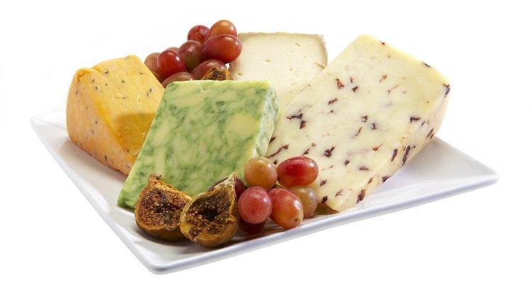 Frutas frescas fornecem vitaminas e antioxidantes. Queijo, proteínas do leite. A combinação de ambos cria um lanche rico e nutritivo