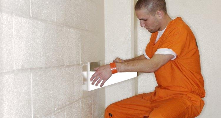 A cadeia é um lugar solitário, e ele precisa que você esteja com ele de alguma forma
