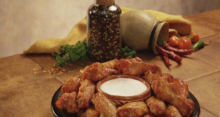 Las alitas de pollo son comúnmente servidas con aderezo ranch o blue cheese.
