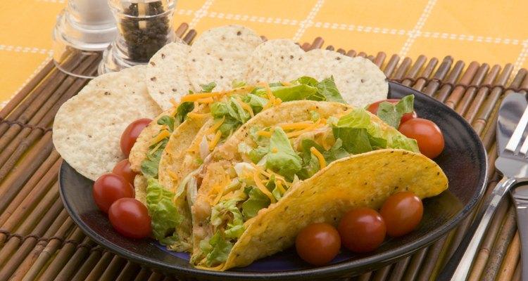 Hornea las tortillas de maíz para unas cortezas para tacos o nachos caseros.